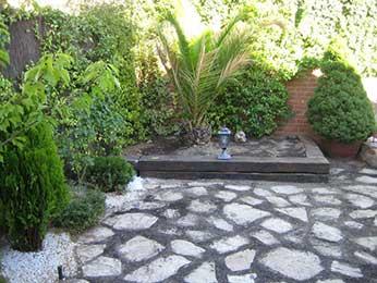 Obra jardín exterior con jardinera de traviesas de madera